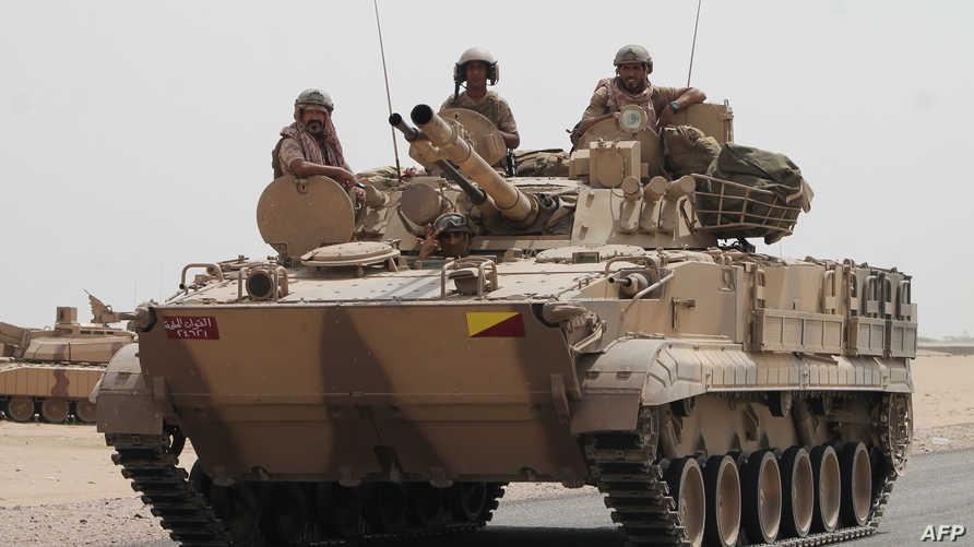 جنود على ظهر دبابة سعودية باتجاه ميناء عدن جنوب اليمن - أرشيفية