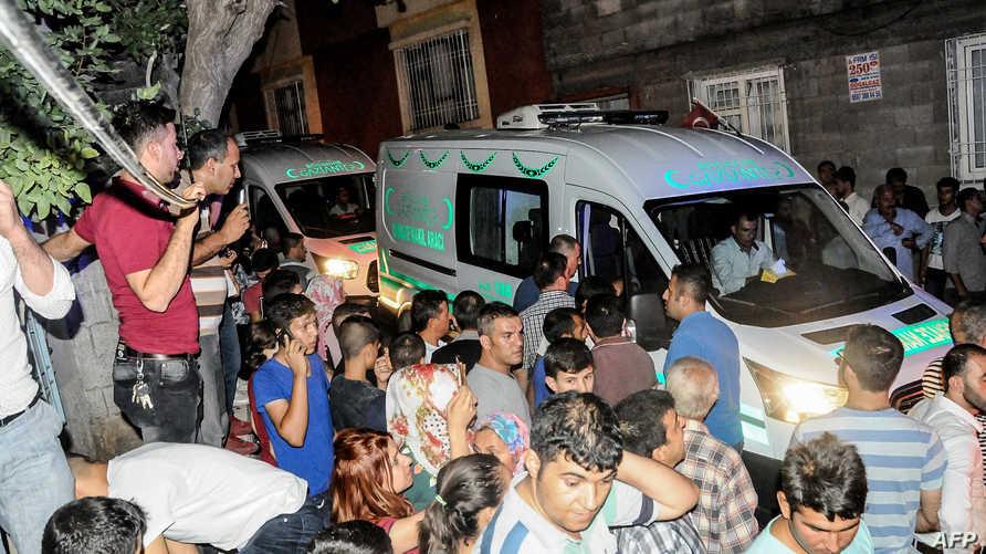 نقل المصابين جراء تفجير غازي عنتاب