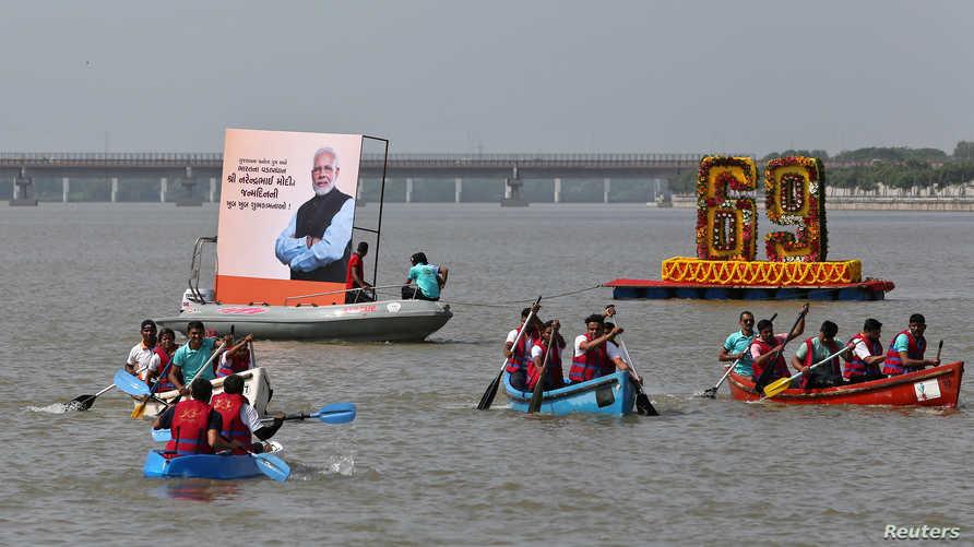 مشاركون في سباق بالقوارب احتفالا بعيد ميلاد رئيس الوزراء الهندي ناريندرا مودي في أحمد أباد الثلاثاء