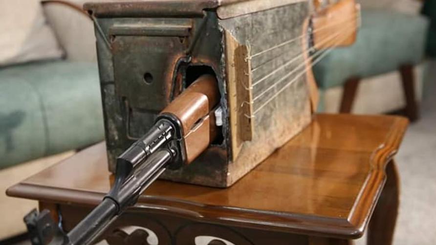 معلم عراقي يحول بندقية إلى آلة موسيقية لدعم السلام