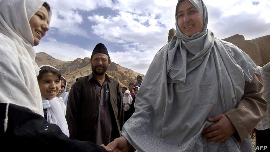 مسعودة جلال مرشحة الرئاسة في انتخابات عام 2004 في أفغانستان خلال جولة انتخابية-أرشيف
