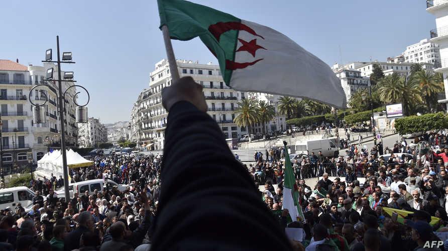 جزائريون يتظاهرون للمطالبة بتغيير شامل في الجزائر بعد استقالة بوتفليقة