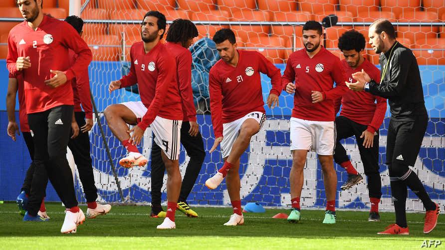 لاعبو المنتخب المصري في حصة تدريبية على ملعب مدينة إيكاتيريبورغ