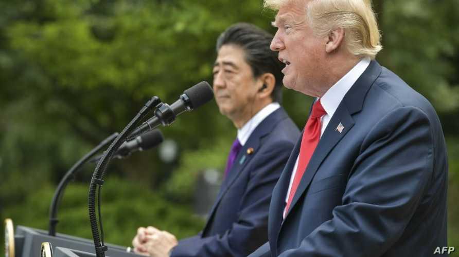 الرئيس ترامب ورئيس الوزراء الياباني آبي خلال المؤتمر الصحافي في البيت الأبيض