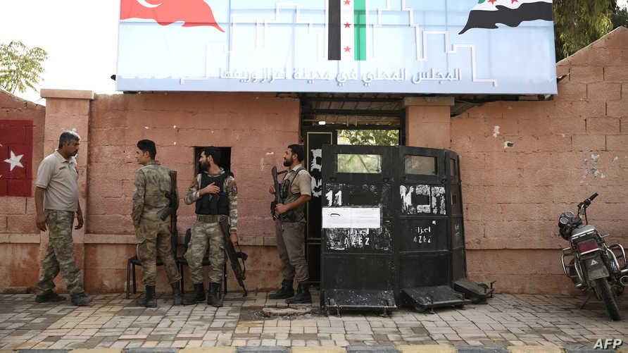 شرطة محلية مدعومة من تركيا تحرس مبنى المجلس المحلي شمال مدينة عزاز السورية - أرشيف