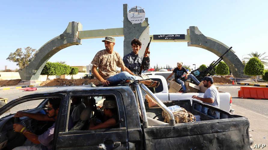 """عناصر تابعة لميليشا """"فجر ليبيا"""" قرب مطار طرابلس"""