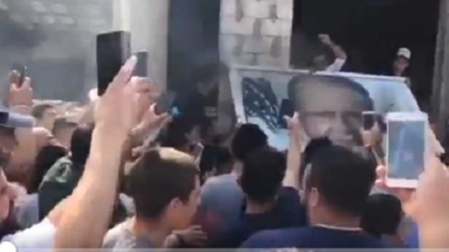 متظاهرون يحرقون صورة الرئيس اللبناني ميشال عون في بيروت