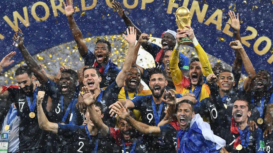 اللاعبون الفرنسيون يحتفلون بفوزهم