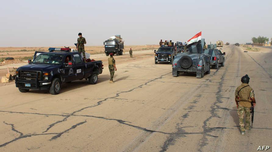 قوات عراقية متجمعة على الطريق السريع بين الرمادي والرطبة الاثنين