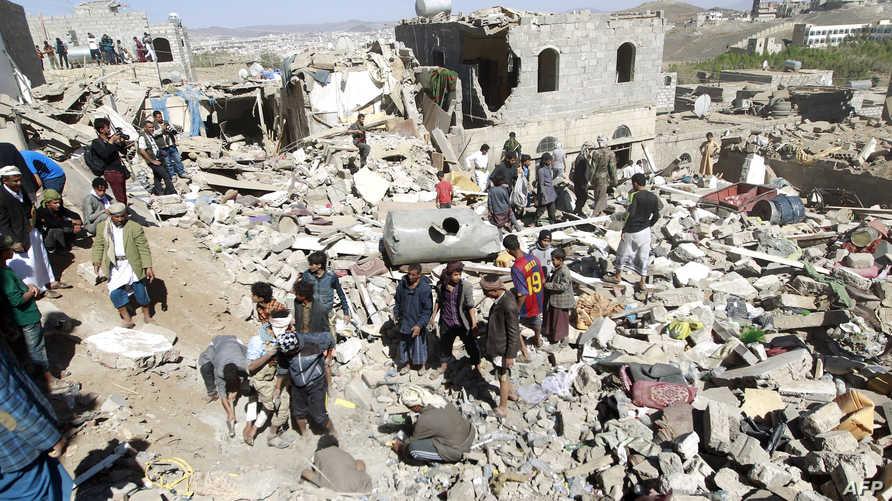 يمنيون يبحثون في ركام منازل تعرضت للقصف في صنعاء