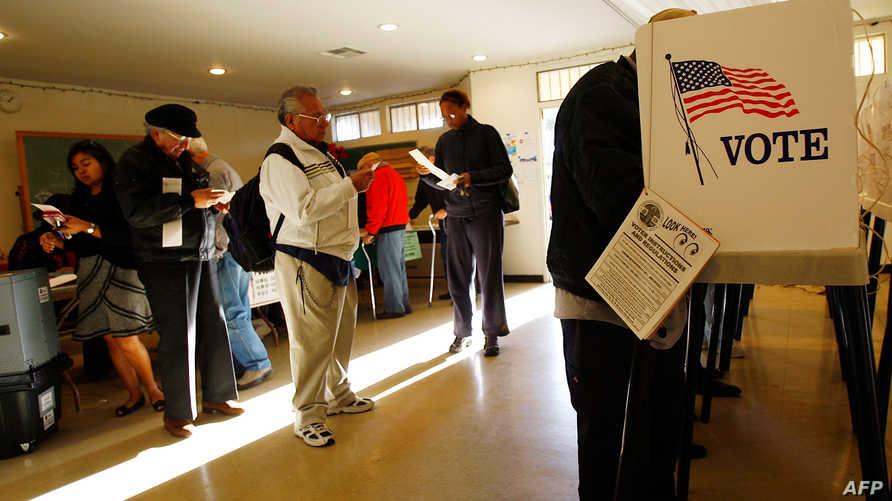 ناخبون أميركيون في أحد مراكز الاقتراع- أرشيف
