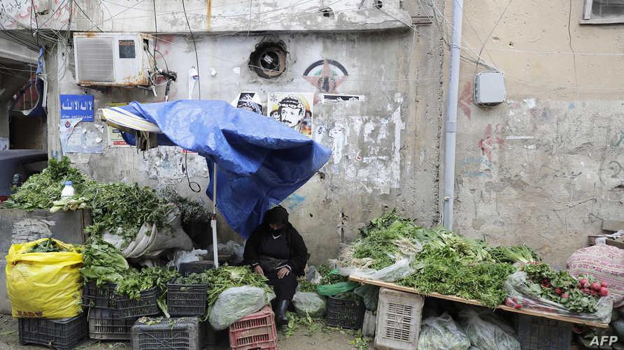 لاجئة فلسطينية تبيع الخضار