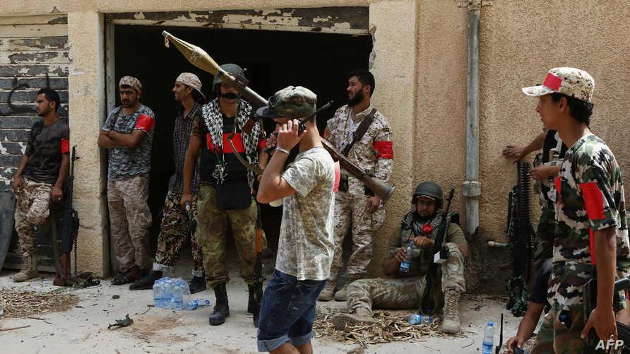 عناصر من قوات الوفاق الحكومية أثناء الاستعداد للهجوم على معاقل داعش في سرت