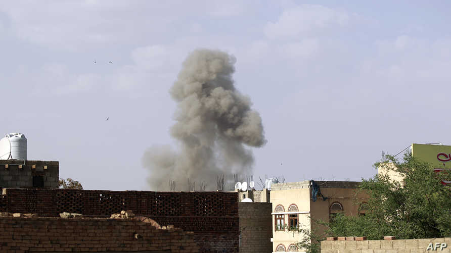 الدخان يتصاعد فوق وزارة الدفاع اليمن إثر غارة للتحالف- أرشيف