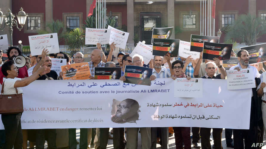 صحافيون مغاربة يتضامنون مع أحد زملائهم- أرشيف.