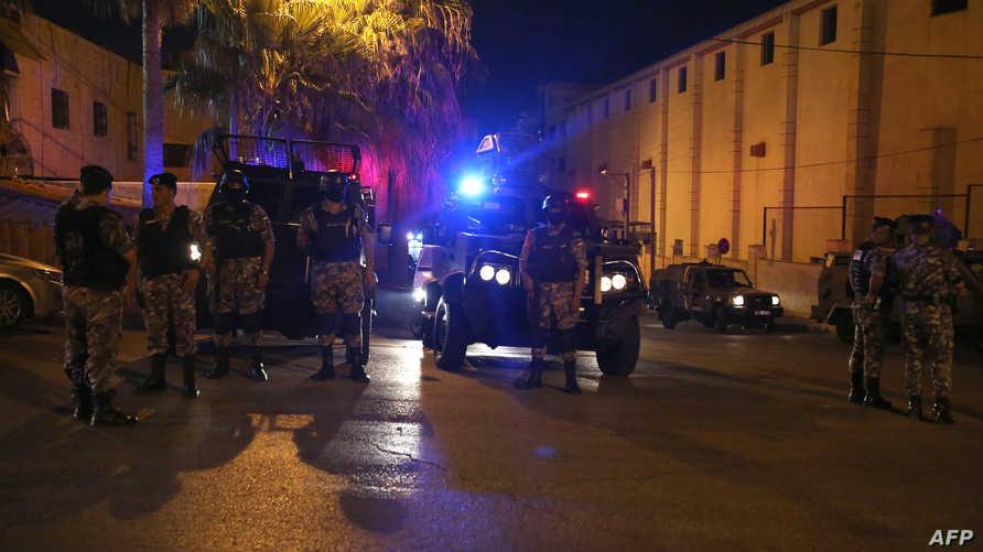 قوات أردنية أمام السفارة الإسرائيلية في عمان