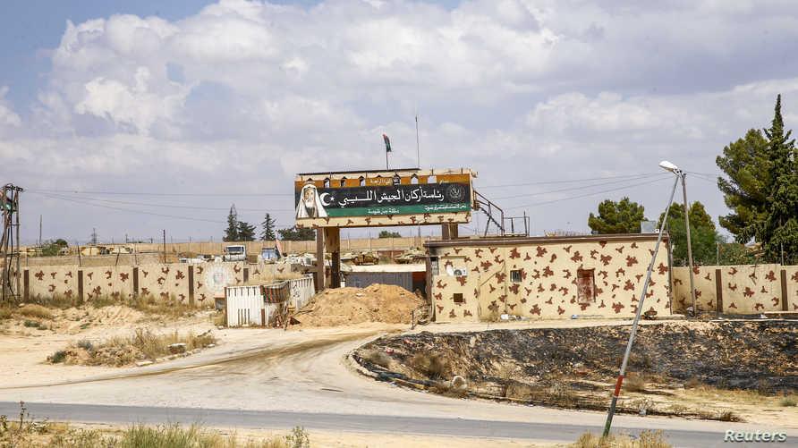 صورة التقطت في يونيو 2019 تظهر مدخل معسكر استخدمته القوات الموالية لحفتر جنوب شرق العاصمة الليبية طرابلس