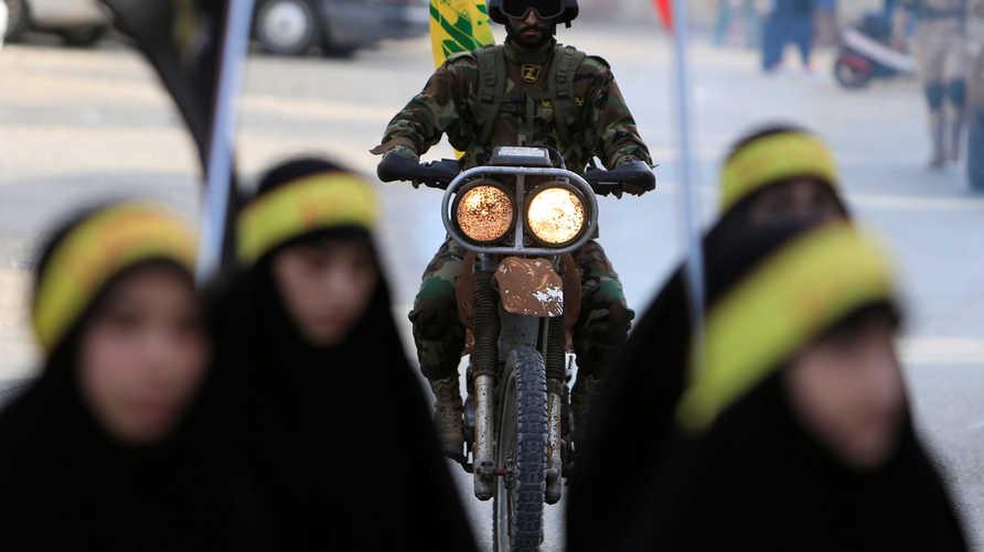 دراجة نارية يقودها عنصر من حزب الله في قرية السكسكية في محافظة الجنوب اللبنانية - 9 أكتوبر 2016