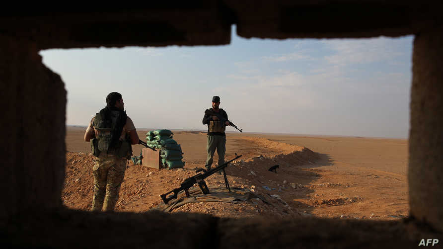 """مقاتلان من """"الحشد الشعبي"""" عند الحدود السورية ـ العراقية"""