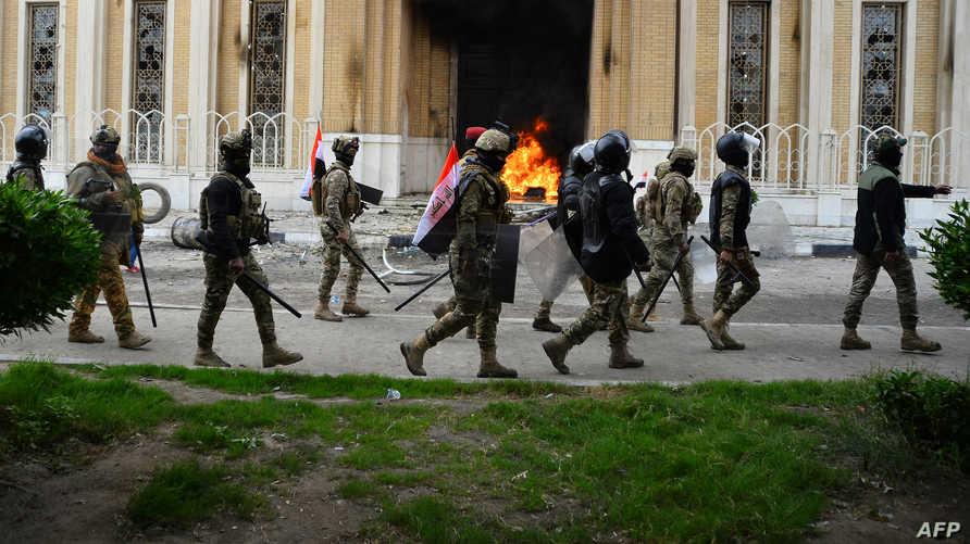عناصر أمنية عراقية تواجه المتظاهرين في مدينة النجف- 1 ديسمبر 2019