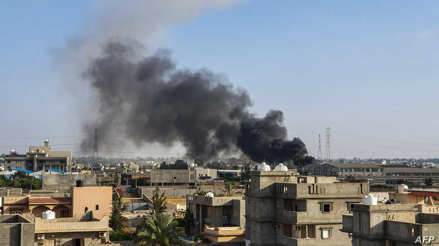 الدخان يتصاعد من مناطق تعرضت للقصف في التوغار قرب طرابلس السبت