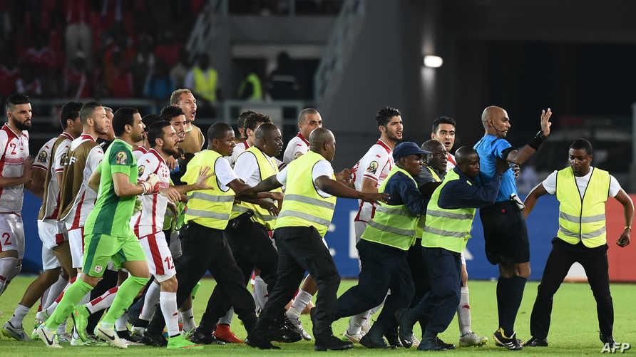 عناصر أمن الملعب يحمون حكم مبارة تونس وغينيا الاستوائية
