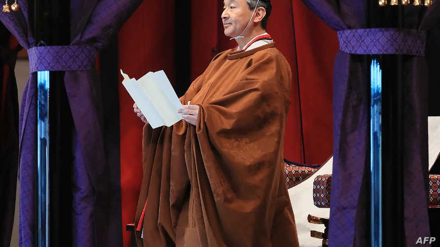 الإمبراطور ناروهيتو أثناء إعلان تنصيبه