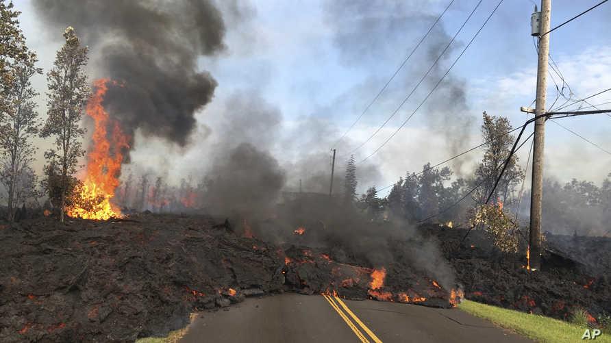 حمم بركانية تتقدم في شارع هوكابو في منطقة ليلاني إستيتس باهوا بولاية هاواي