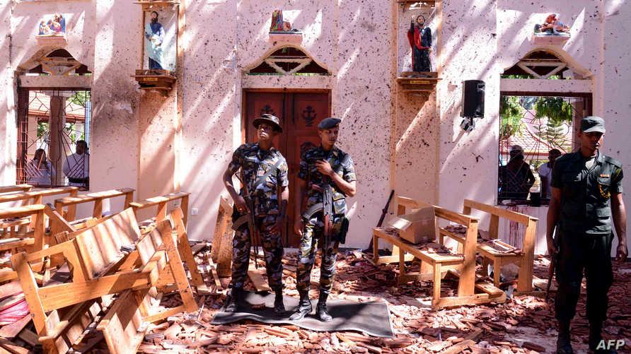 جنود داخل كنيسة تعرضت لتفجير في سريلانكا