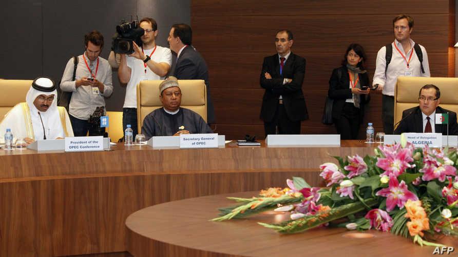 القطري وزيرا الطاقة النيجيري  إيمانويل ايبي كاشيكوو  والقطري محمد بن صالح السادة في الجزائر