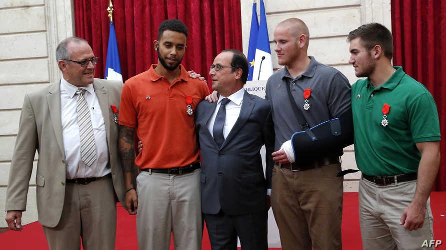 الرئيس الفرنسي فرانسوا هولاند رفقة الأبطال الأربعة