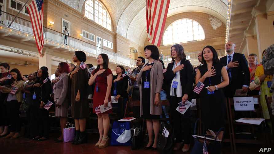 مهاجرون خلال مراسم أدائهم القسم للحصول على الجنسية الأميركية