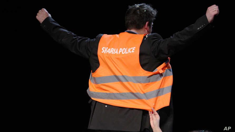 """رجل يرتدي سترة مكتوب عليها """"شرطة الشريعة"""" - أرشيف"""