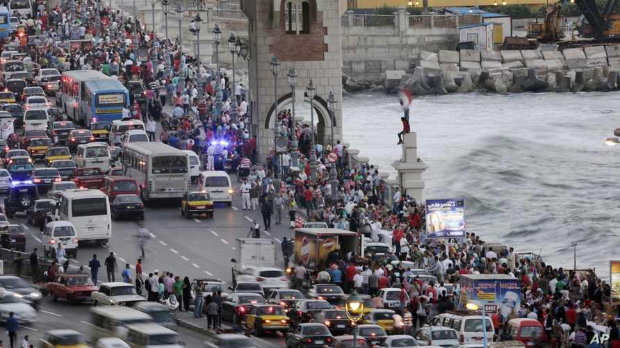 مصريون يتحلقون حول اكبر مائدة في العالم