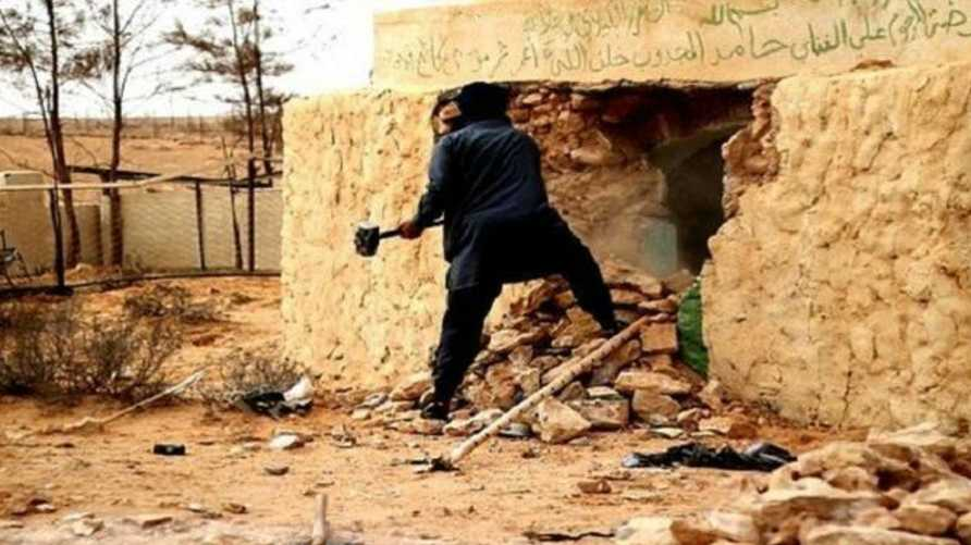 متشدد خلال تدمير ضريح في ليبيا