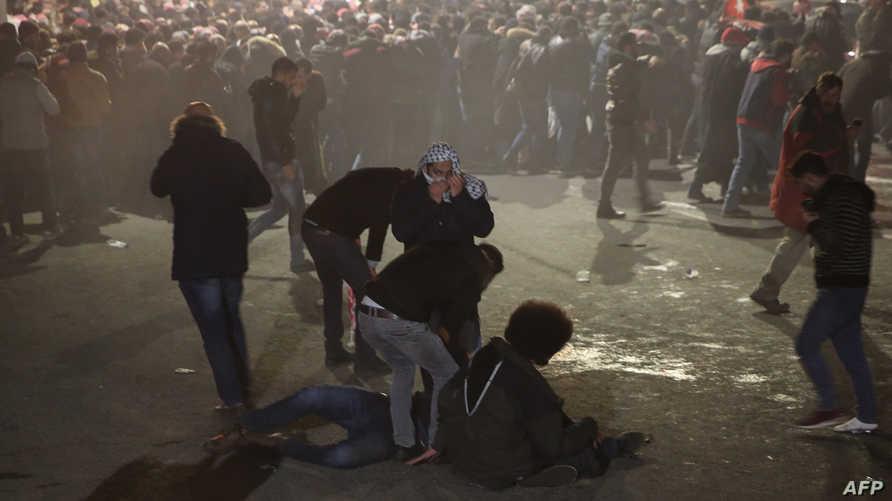 متظاهرون أردنيون في الأرض بعد إطلاق الشرطة للغاز المسيل للدموع