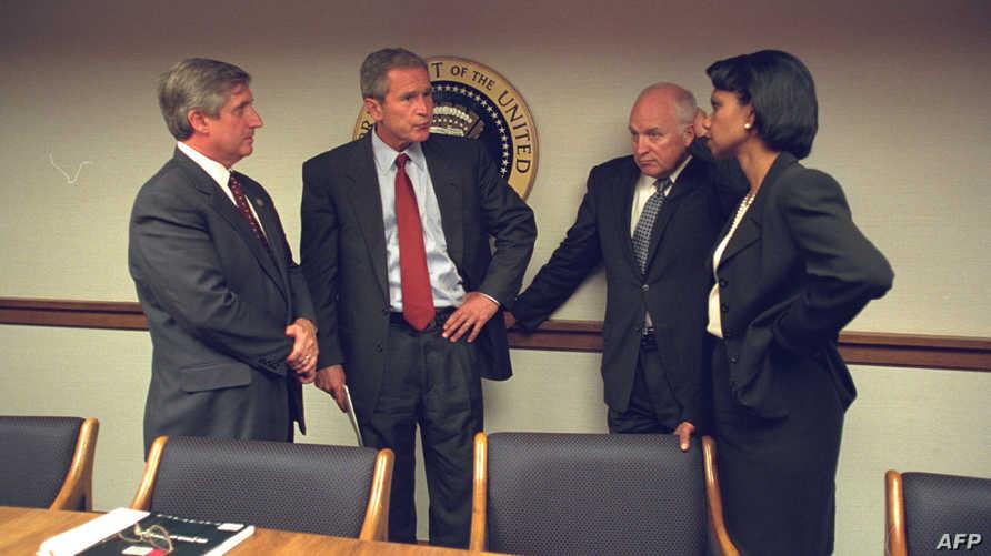 كوندوليزا رايس والرئيس الأميركي السابق جورج بوش ونائبه ديك تشيني في مركز عمليات الطورائ بعد ساعات من هجمات 11 أيلول/سبتمبر الإرهابية