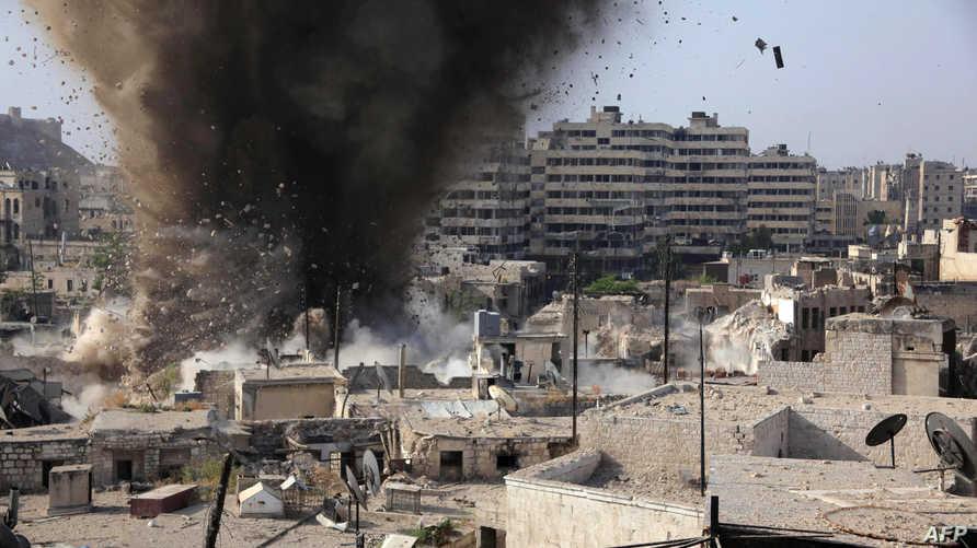 لحظة إلقاء براميل متفجرة على أحد أحياء حلب السورية