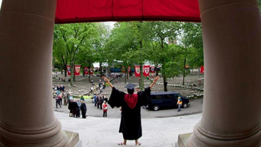داخل جامعة هارفرد في صورة مأخوذة من الحساب الرسمي على موقع فيسبوك