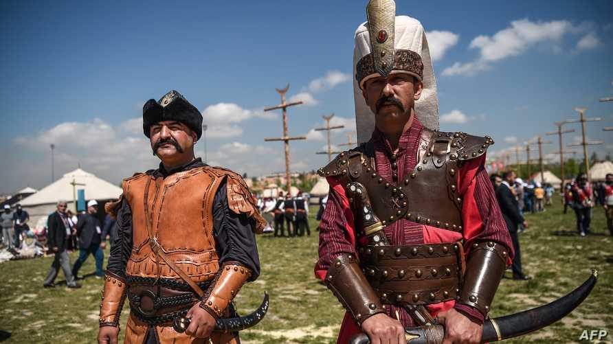 رجلان يرتديان أزياء عسكرية من حقبة الخلافة العثمانية خلال مهرجان ثقافي في اسطنبول