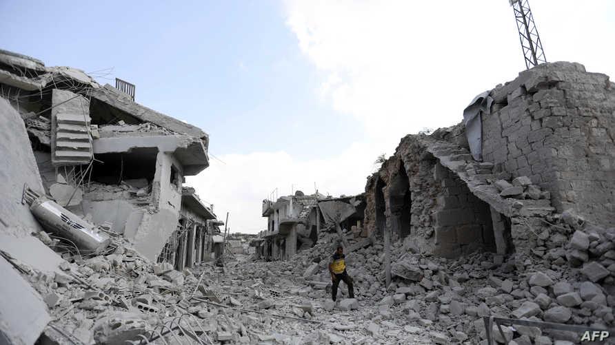 مواطن يتفقد الدمار في إدلب