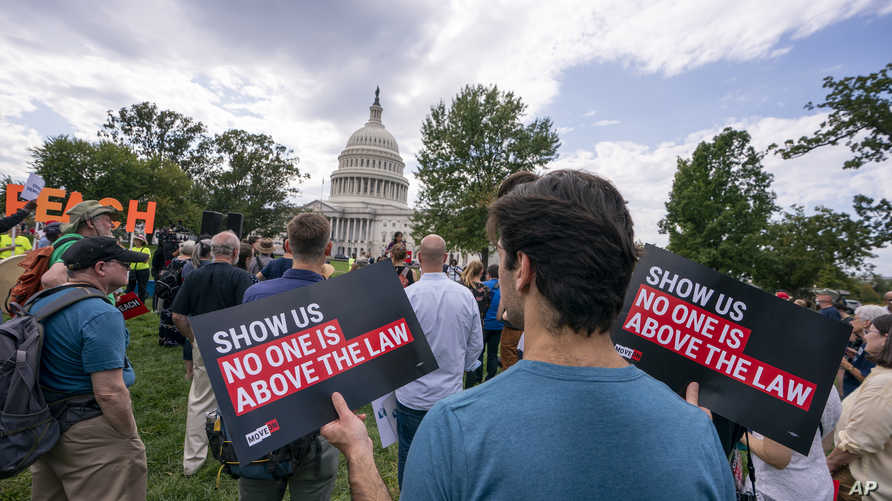 أميركيون يتظاهرون أمام الكونغرس تأييدا لعزل الرئيس دونالد ترامب