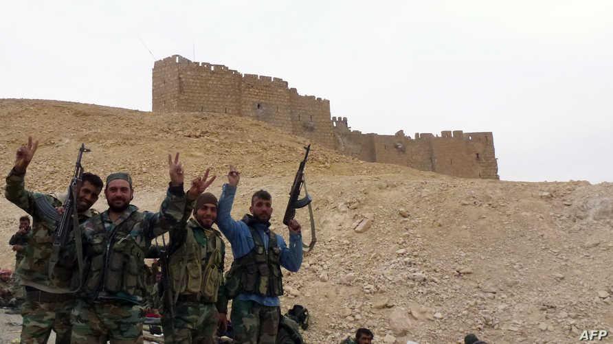 قوات نظامية سورية أمام آثار تدمر -أرشيف
