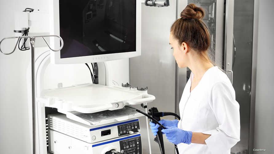 طبيبة تشخص حالة مصاب بالتهاب في الجهاز التنفسي