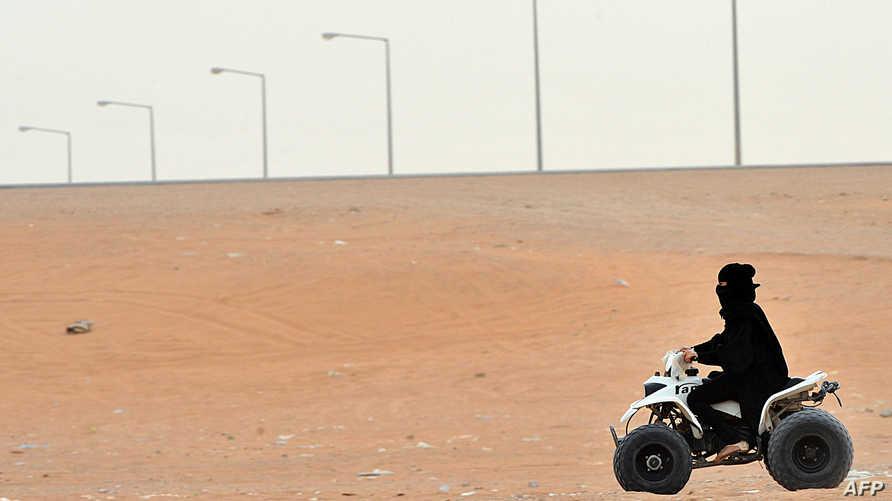 امرأة سعودية تقود دراجة سباق في منتزه قرب مدينة الرياض ( أرشيف)