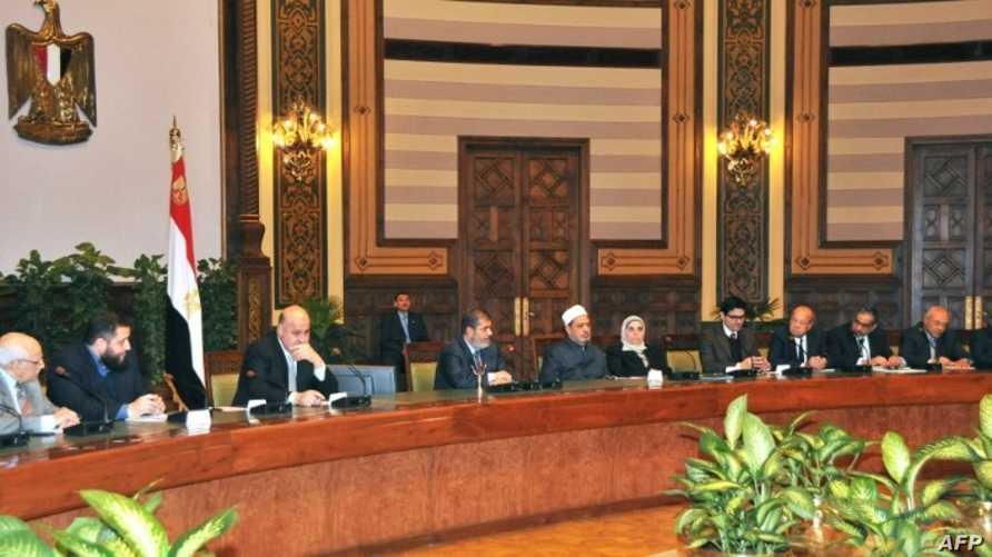 مرسي أثناء اجتماعه السبت مع قوى وشخصيات سياسية