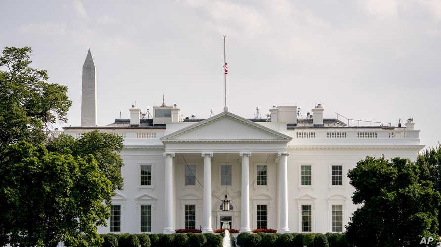 تنكيس العلم الأميركي فوق البيت الأبيض