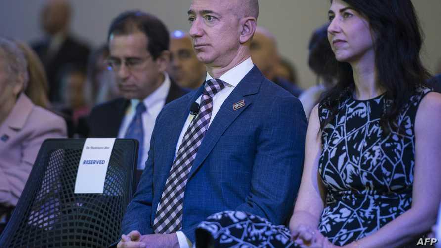 جيف بيزوس مع زوجته ماكينزي بيزوس