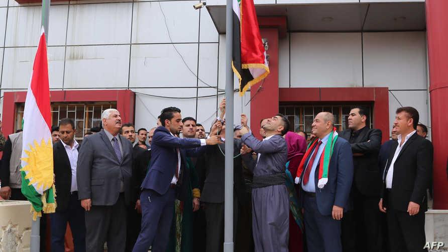 رفع العلم الكردي بجانب العلم العراقي في كركوك