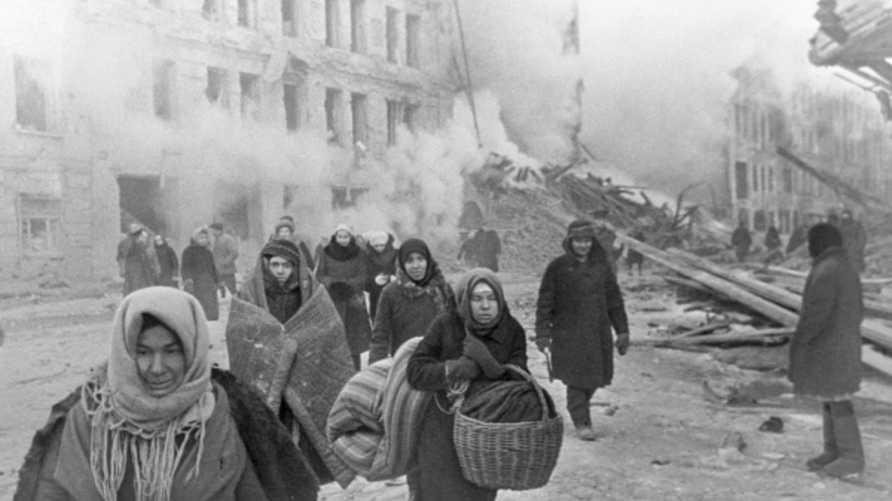 مدنيون سوفيات في لينينغراد يغادرون منازلهم المدمرة خلال الحرب العالمية الثانية (أرشيف)